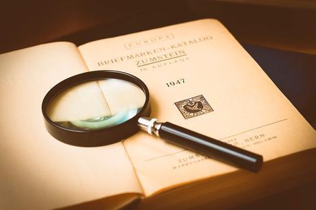 lupa para detectar falsas apariencias
