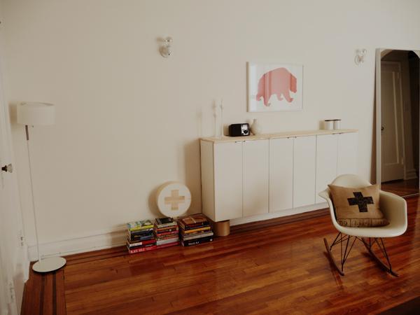 tabla de madera de pino a medida encima para ocultar los tornillos y