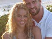 Shakira descansa lado Piqué