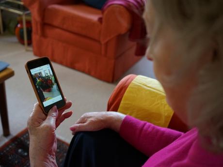 Las redes sociales ayudarían a reducir la depresión asociada al dolor crónico en adultos mayores