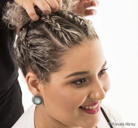 Recogido alto con trenzas para cabello corto y rizado