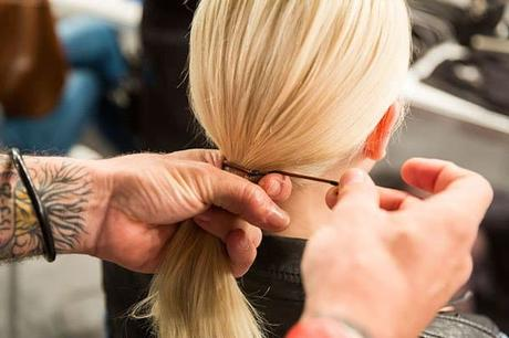 Coleta atada con el cabello