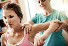 ¿Qué puede, además de una lesión física, causar dolor de clavícula y hombro?