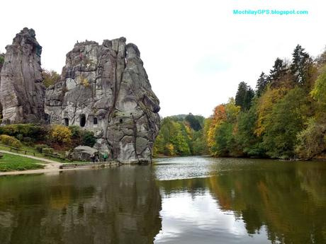 Las rocas de Externstein y el Monumento a Hermann en el bosque teutónico (Alemania)