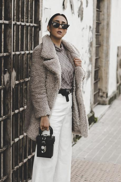 cómo combinar abrigo gris