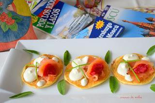 Blinis con salmón y crema agria
