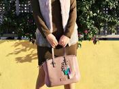 Cómo llevar chaleco pelo rosa
