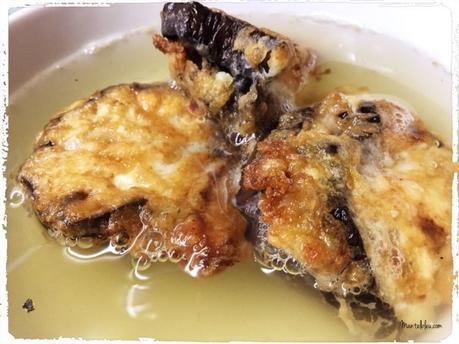 Caldo de pollo con bocaditos de berenjena