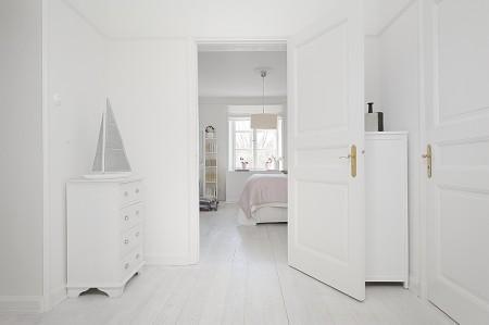 televisor blanco suelo de tarima blanco sauna en un piso papel de pared muebles de diseño lámparas de diseño blancas lámpara kartell interiores nórdicos habitación infantil rosa estilo nórdico minimalista estilo escandinavo decoración escandinava decoración de interiores en blanco cuarto de baño en negro chimenea en el salón