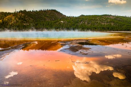 Nubes reflejadas en la legendaria laguna de Grand Prismatic Spring