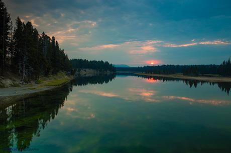 Amanecer en el enclave conocido como Fishing Bridge, sobre el Río Yellowstone
