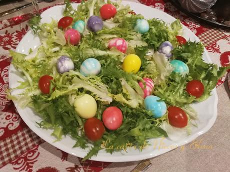 Huevos de codorniz marmolados en ensalada