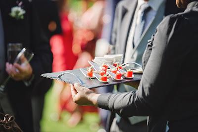 Camarero sirviendo el cóctel en una boda