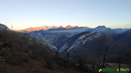 Puesta de sol sobre los Picos de Europa desde el Collado Llomena