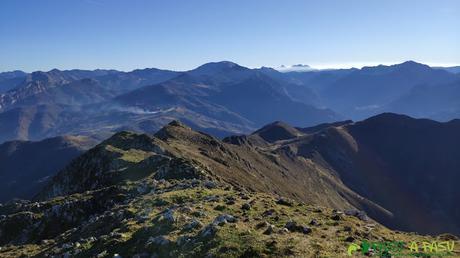 Descendiendo de la cima del Pico Pierzu