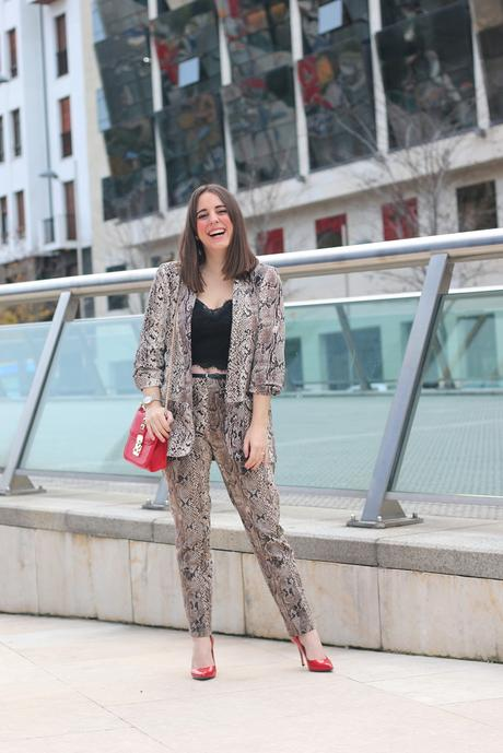 Outfit con traje de animal print