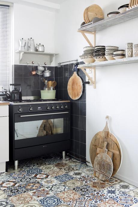 una cocina nórdica con toques de estilo marroquí