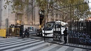 Justicia ordena retirar las rejas de Plaza de Mayo