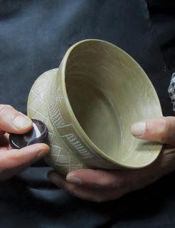 Un vaso singular de Los Saladares, Orihuela. Una cazuela orientalizante, geométrica incisa, polícroma y decorada con aves esquemáticas.