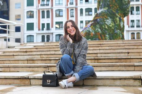 Look casual con mom jeans y zapatillas