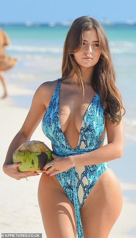 Demi Rose presume su cuerpo en México bebiendo coco