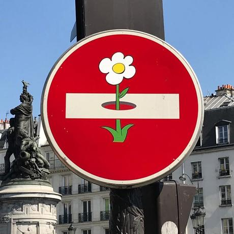 Este artista rompe las reglas e interviene sobre señales de tráfico