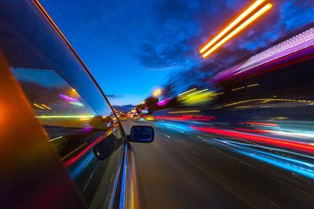 Ilustración velocidad coche por la noche.