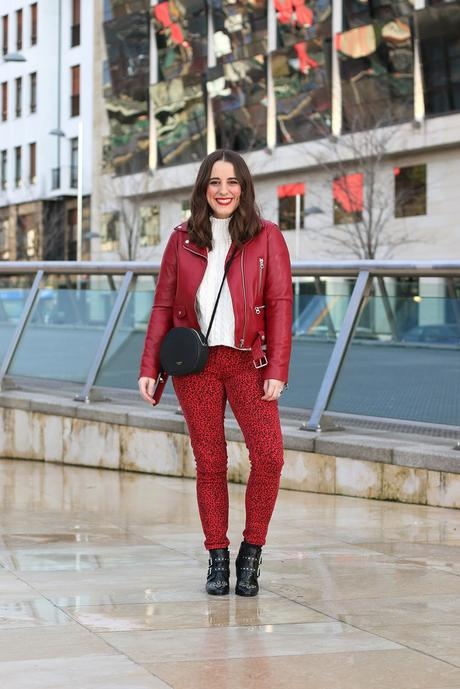 Biker roja y jeans de leopardo para invierno