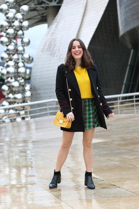 Outfit con mini falda de cuadros verde