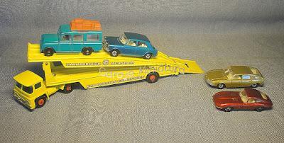 Camión mosquito y autos transportados