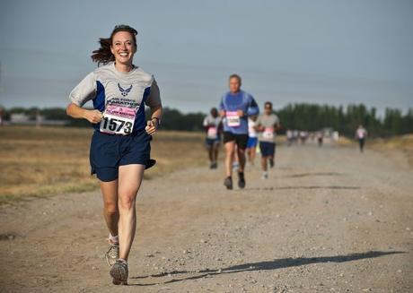 Corredores obtienen un impulso de bienestar al participar en carreras organizadas