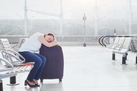 woman-sleeping-suitcase-airport ▷ 7 consejos a toda prueba para vencer a Jet Lag