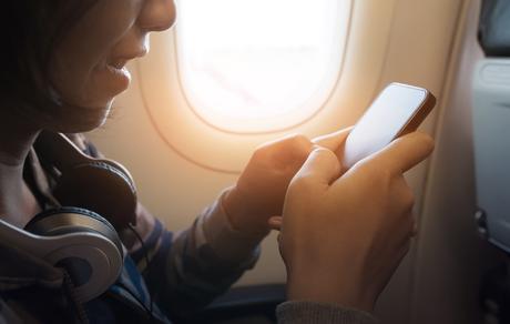 Woman-airplane-window-seat-phone ▷ 7 consejos a toda prueba para vencer a Jet Lag