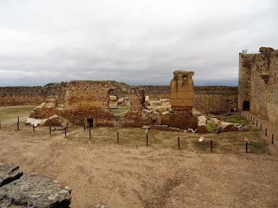 Patio oeste dónde se ubican los restos de la Iglesia de Santa María del Castillo