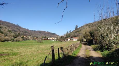 Llegando al barrio de La Vallina, Siones