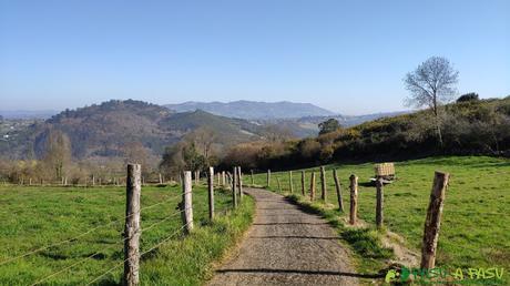 Camino bajando de El Robleo a Caces por la Ruta de la Salamandra
