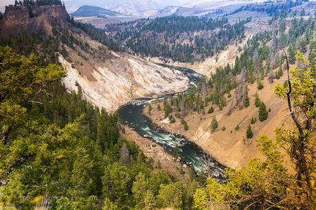 Espectacular vista del Río Yellowstone a la altura de los rápidos conocidos como Calcite Springs. Fotografía de larga exposición