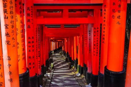 Red-Gates-in-Kyoto-at-night.jpg.optimal ▷ ¿Cómo es viajar en Japón?