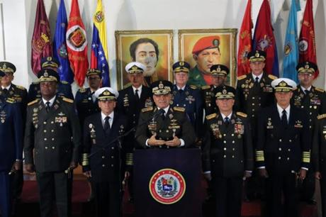 Todos miran a los militares en #Venezuela ¿Y el anillo pa' cuando? #FANB