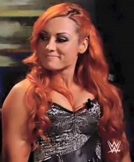 Becky Lynch  es buena con micrófono que daña a Ronda Rousey