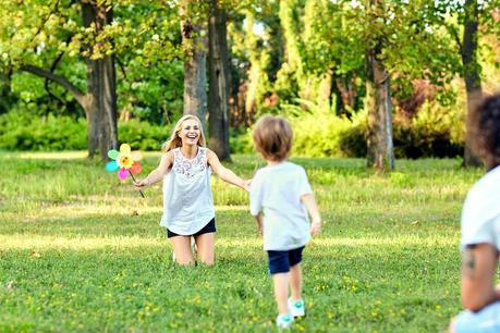 Jugar al aire libre con los niños