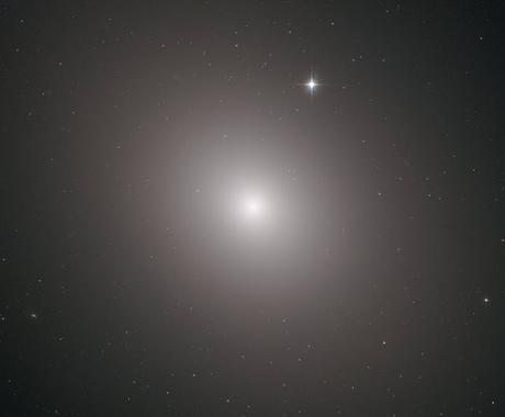 Hubble captura el brillante corazón de una galaxia masiva