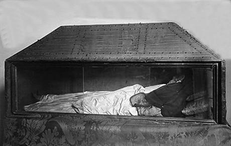 Los restos y el ajuar funerario de Teresa Gil