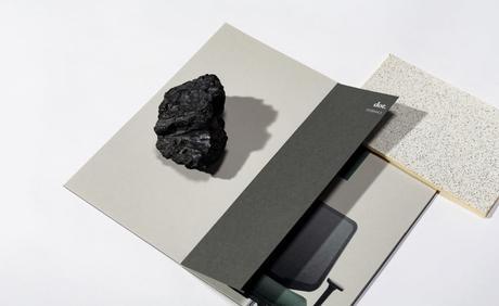piedra negra sobre trabajos en papel