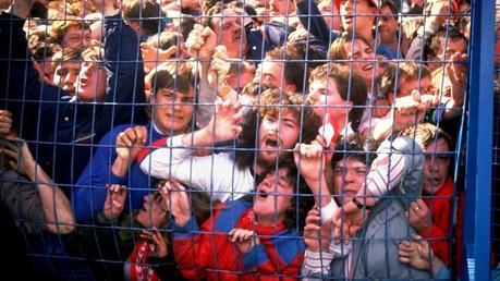 Una imagen contundente del colapso en la tribuna de los hinchas del Liverpool en la semifinal de la FA Cup