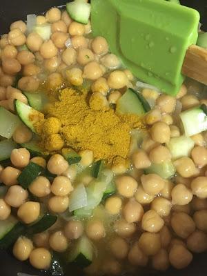 Curry De Garbanzos Con Calabacín Y Langostinos