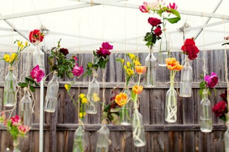 Una Decoraci  N Primaveral Con Botellas Y Flores