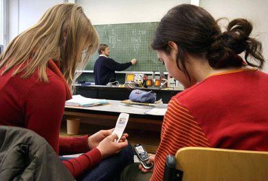 Europa estudia prohibir móviles y Wi-Fi en colegios por riesgo
