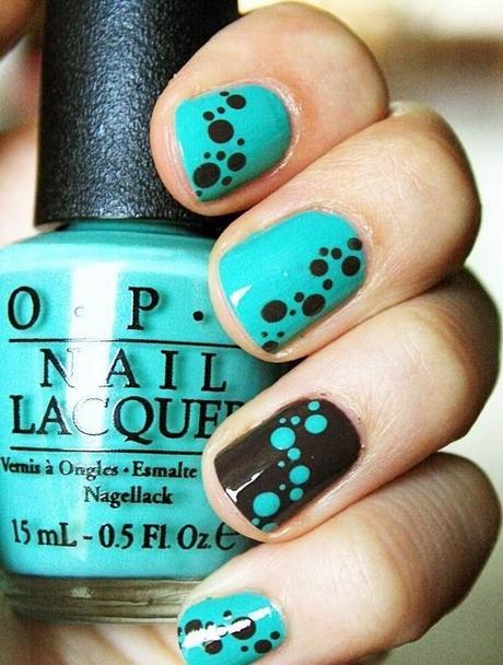uñas a dos colores azul con puntos y marron