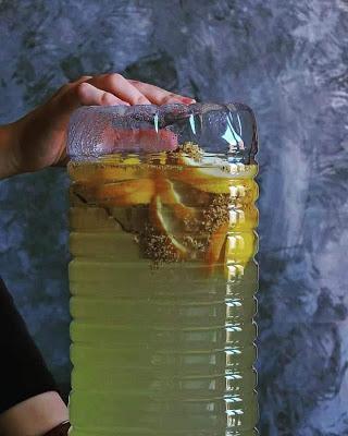 Refresco casero de saúco y limón con burbujas